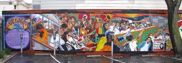HOMEY Mural en la 24th y Capp de La Misión. El mural celebra las realidades biculturales de los jóvenes latinos: los lowriders navegan junto con los