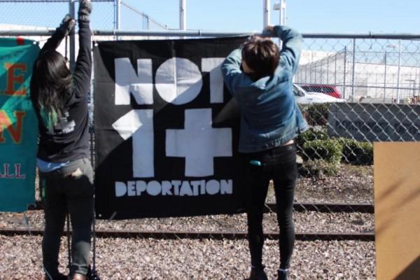 Activistas del grupo North West Detention Center Resistance protestan en el Centro de Detención de ICE en Tacoma, WA. Foto: Maru Mora Villalpando.
