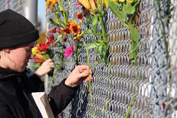 Flores para los inmigrantes indocumentados detenidos en el NWDC. Foto: Maru Mora Villalpando.