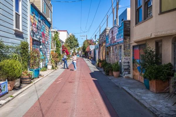 Pasaje de una de las calles típicas del tradicional vecindario de La Misión en San Francisco. Foto: missionbooksf.com.