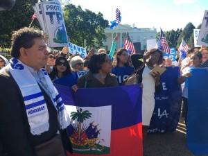 Miembros de CARECEN se manifiestan frente a la Casa Blanca.