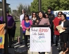 Maribel Cisneros rodeada por líderes comunitarios. Foto: South Kern Sol