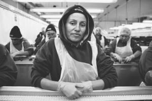 Una trabajadora mexicana en una planta empacadora de frambuesas. Foto: theconversation.com.