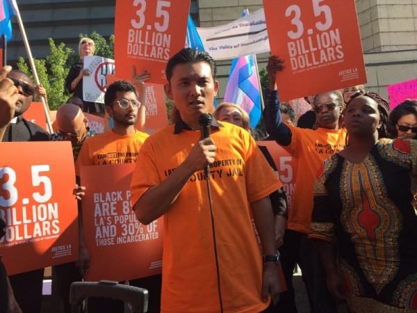 Muchos manifestantes que protestan en el centro de Los Ángeles, con camisetas color naranja, como el color de los uniformes de los presos, hablan en contra de las nuevas cárceles del condado. Foto: JusticeLA.