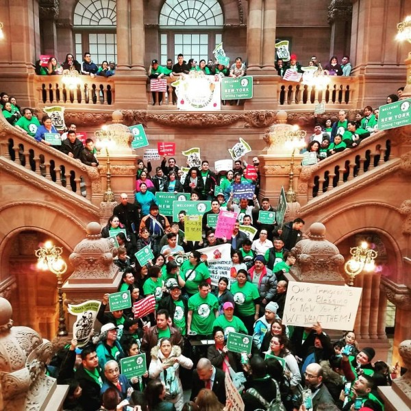 En los pasillo del Capitlio estatal de Nueva York en Albany, a la espera del voto del Senado que terminaría por aprobar la Ley Green Light firmada por el gobernador Andrew Cuomo en la medianoche del lunes 17 de junio de 2019. Foto: laborreligion.org