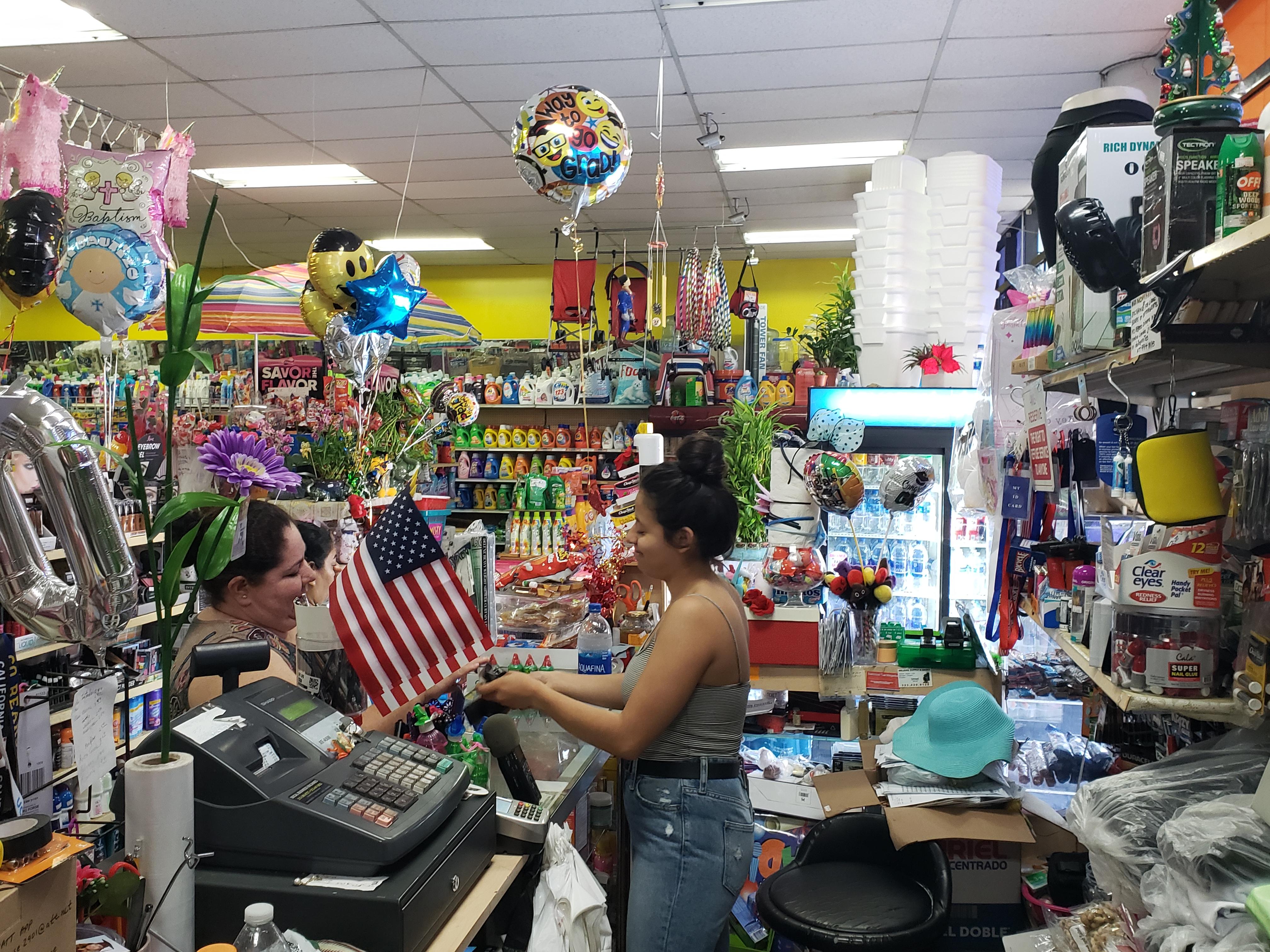 Aurora de Luna, trabaja en la tienda de su abuela y esta lista para seguir su sueno universitario. Foto: Ruben Tapia