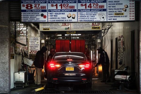 En este negocio de lavado de autos en Brooklyn, NY, Vegas Auto Spa, los trabajadores sometieron una demanda desde 2015 por robo de salaries. Foto: www.zimbio.com.