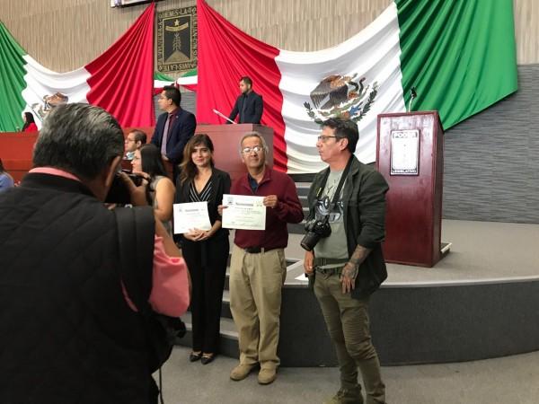 El productor de radio que está siendo premiado en la foto, Raúl Silva de la Mora sostiene el diploma que acredita la presea del Congreso de Morelos, entregada por el Instituto Morelense de Radio Y Televisión. Foto: Cortesía de Raúl Silva).