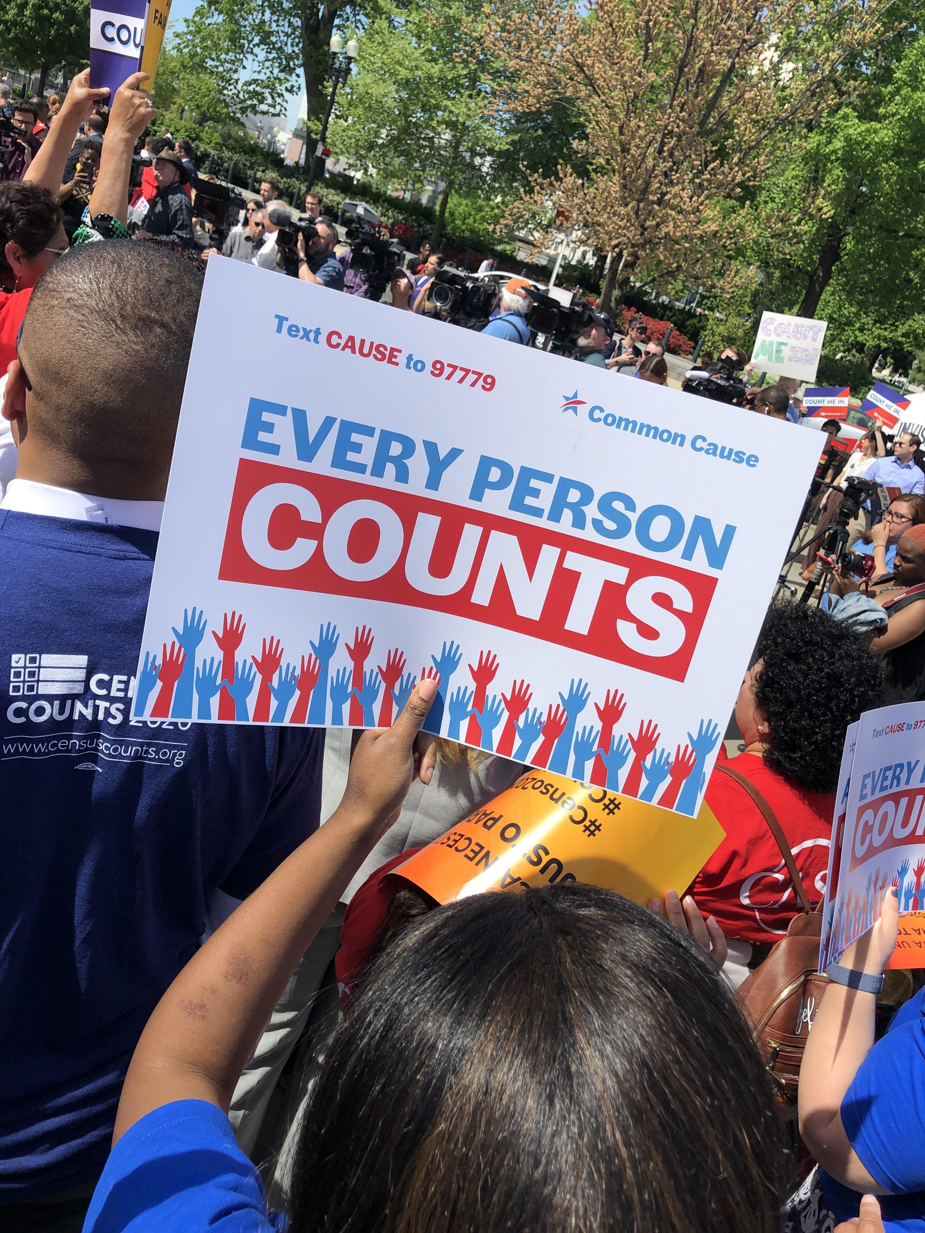 Fuera de la Suprema Corte están organizaciones de defensa de migrantes que se oponen a incluir la pregunta sobre ciudadanía en el Censo 2020. Foto: Jose Lopez Zamorano