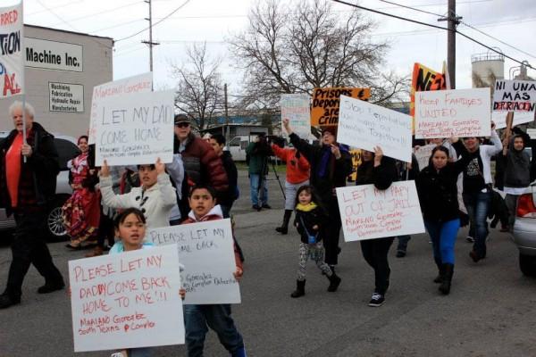 Familiares e hijos de inmigrantes presos en el Centro de Detención del Noroeste (NWDC), protestan y piden la liberación de sus seres queridos en Tacoma, Washington. Foto: La Resistencia / Facebook.