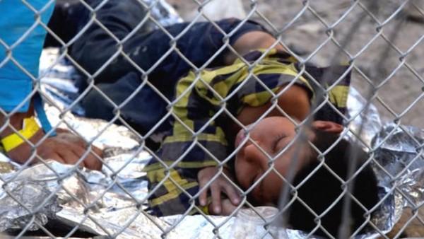 La indignación se está acumulando sobre un informe impactante de Associated Press publicado la semana pasada que revela que al menos 250 bebés, niños y adolescentes migrantes han estado encerrados durante casi un mes sin alimentos, agua o sanidad adecuados en una estación de la Patrulla Fronteriza en Clint, Texas, cerca de La ciudad de El Paso. Foto: www.truthout.org.