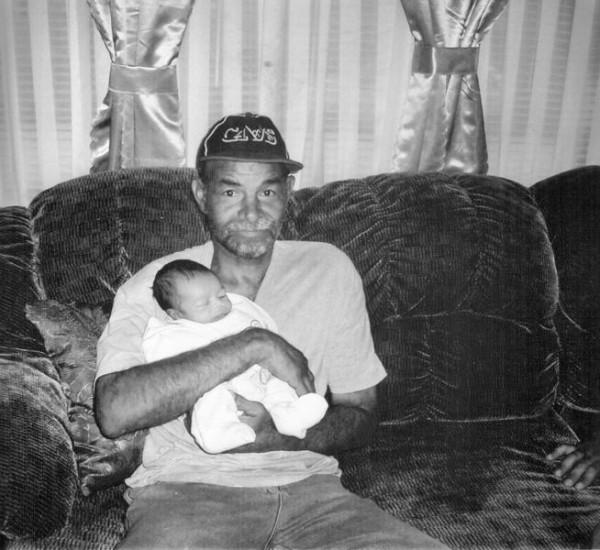 Henry Clay Stewart, de 60 años abrazando a su nieto, murió a causa de una hemorragia interna. Había perdido 35 libras entre el momento en que fue trasladado a la cárcel el 7 de junio de 2016 y el día en que el médico forense le realizó una autopsia a su cuerpo, según una demanda. Foto:  Richmond Times-Dispatch.