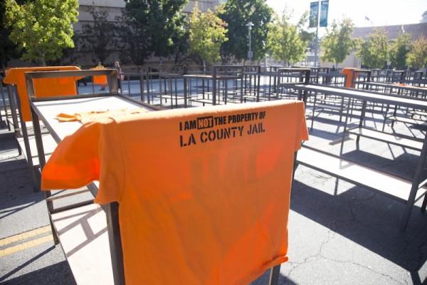 Decenas de camas similares a las de las cárceles del Condado de Los Ángeles alineadas en la calle durante una manifestación de protesta en esa ciudad. Foto: JusticeLA.