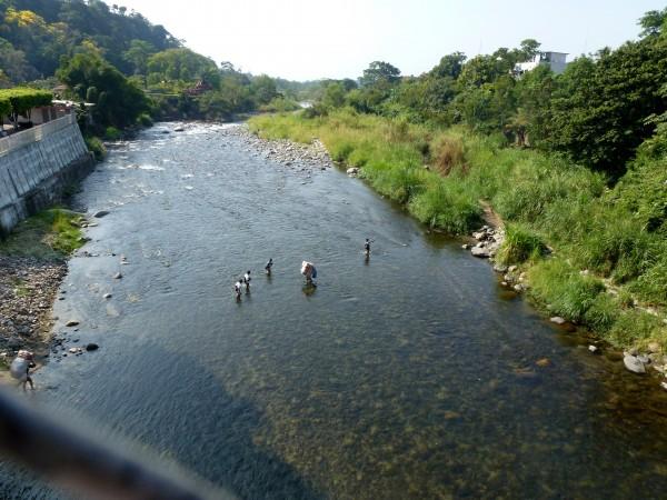 Las balsas de tubo interior llevan a las personas a través del río Suchiate para pasar de Tecún Umán, Guatemala, y Ciudad Hidalgo, Chiapas, en México. Foto: www.wola.org.