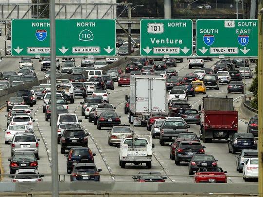 La flota de autotransportes de California contribuye al calentamiento global con las emisiones de carbono al medio ambiente. Foto: Detroit Free Press.