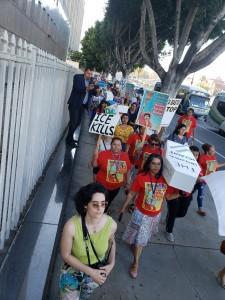 Cargando un ataúd simbólico por las calles de Los Ángeles denuncian las constantes muertes de inmigrantes al intentar cruzar línea fronteriza. Foto: Rubén Tapia.