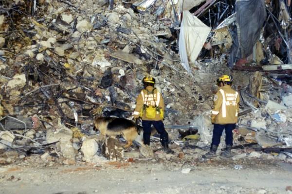 Socorristas que acudieron al rescate  y la limpieza de los escombros en la Zona Cero tras los ataques terroristas del 9/11. Foto: FBI.