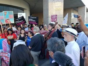 Evelyn Hernández rodeada de activistas y líderes religiosos, denuncia el maltrato infantil frente a una cárcel de ICE en el centro de Los Ángeles, CA. Foto: Rubén Tapia.