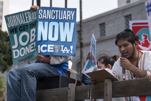 Las ciudades santuario se han convertido en uno de los objetivos favoritos de la administración Trump. El término se refiere a las ciudades que no cooperan completamente con los esfuerzos federales para encontrar y deportar a inmigrantes no autorizados. Foto: Vox.