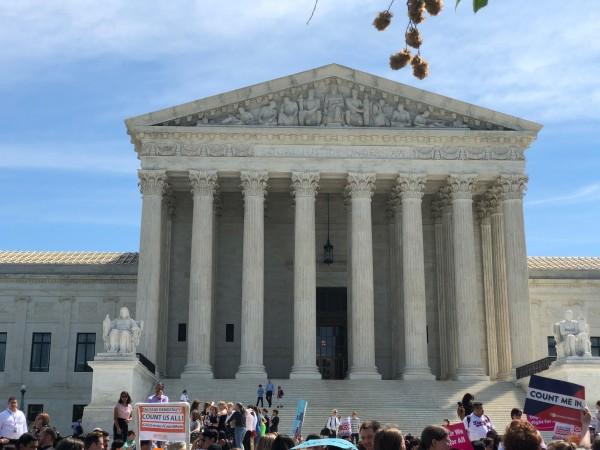 Mientras los magistrados discuten el destino de la ley de salud vigente, ACA,  afuera de la Corte Suprema se manifiestan contra la intención de los republicanos de acabar con el Obamacare.