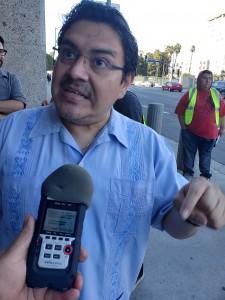 Jorge Mario Cabrera, vocero de CHIRLA, una de las organizaciones convocantes de esta movilización por la liberación de los migrantes y niños detenidos en cárceles de ICE. Foto: Rubén Tapia.
