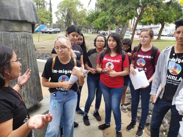 Jóvenes del proyecto juvenil de Chirla, reciben instrucciones antes de caminar por el barrio.