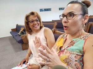 Las comadres, Adriana Letford y Sandra Chapman, de lentes, señalan la unidad de su iglesia, Victory Missionary Baptist Church, y las solidaridad que generó el sismo.