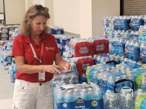 Mimi Teller, de la Cruz Roja, en este refugio en Ridgecrest.