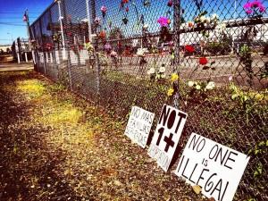 """En la cerca limítrofe del NWDC en Tacoma, WA. """"Queremos ver el fin de las deportaciones y el fin de la detención. Queremos ver a nuestras familias juntas y prósperas"""". Foto: Resistencia al NWDC."""