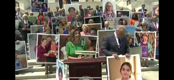 Al frente de la Suprema Corte de Justicia, la presidenta de la Cámara de Representantes, Nacy Pelosi advierte a los presents sobre el peligro de eliminar el Obamacare.