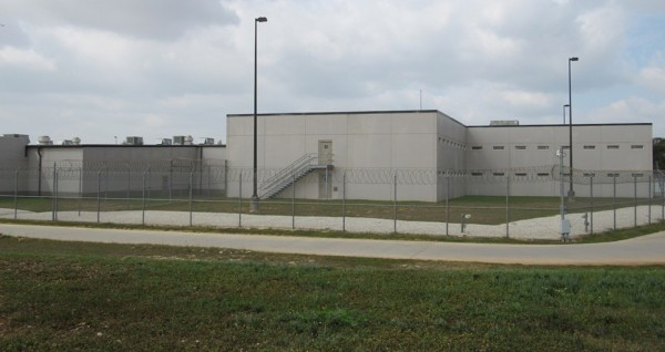 Centros de detención financiados por bancos estadunidenses: uno con 2 mil 400 camas en Dilley operado por CoreCivic Inc. Foto: www.sacurrent.com.