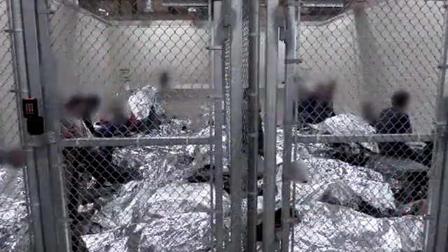Así duermen los niños migrantes en centros de detención de CBP en Texas, donde viven sin agua, muy poca comida a veces caduca, y sin medicinas. Foto: www.ktvz.com
