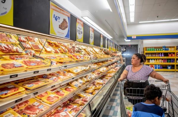 Antoinette Martínez hace sus compras semanales de comestibles y le preocupa que los nuevos recortes propuestos por la administración Trump para la elegibilidad de cupones de alimentos le dificulten estirar su presupuesto para la alimentación de sus hijos. Foto: CalMatters.
