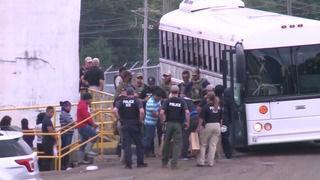 En la redada de ICE donde 680 inmigrantes indocumentados resultaron arrestados en un centro de trabajo a las afueras de Jackson, Misisipi. Foto: www.impact601.com.