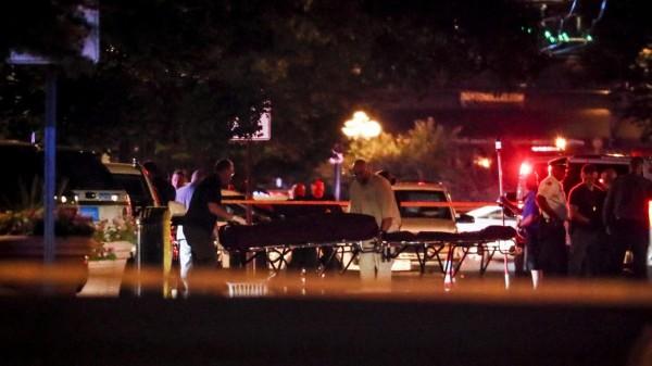 Tras el tiroteo en un restaurante bar en Dayton, Ohio, paramédicos trasladan a las víctimas a las ambulancias. Foto: www.qz.com.