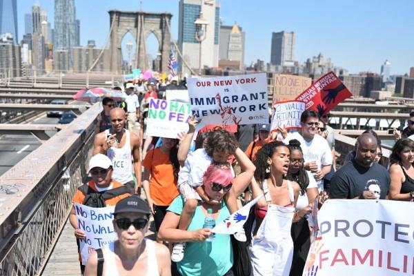 Inmigrantes protestan a través del Puente Brooklyn en Nueva York contra las redadas de ICE. Foto: Sarah Fritz / Tweeter.