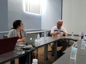 Dr. Pablo Yanes Rizo, asesor de la consulta  ciudadana intercambia puntos de vista con los jóvenes indígenas.