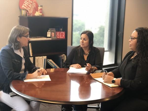 Margaret Wallace Brown en junta de trabajo con funcionarios del área de planeación, de la ciudad de Houston. Y dice que ya contrataron a una agencia de publicidad para promover el censo 2020.