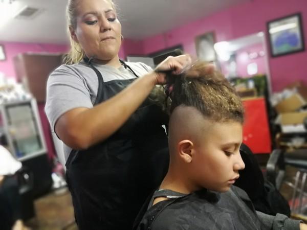 Yesenia González corta y pinta cabello en Estados Unidos desde hace 25 años. Curiosamente, nunca ha participado en un censo. Foto: Joy Díaz.