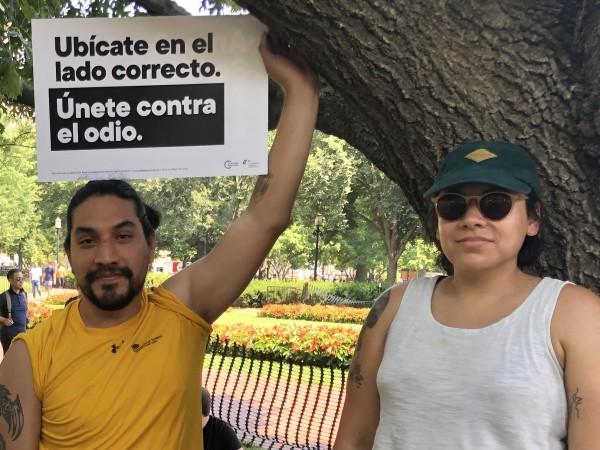 En la protesta de la coalición de organizaciones sociales este manifestante hace un llamado contra los crímenes de odio.