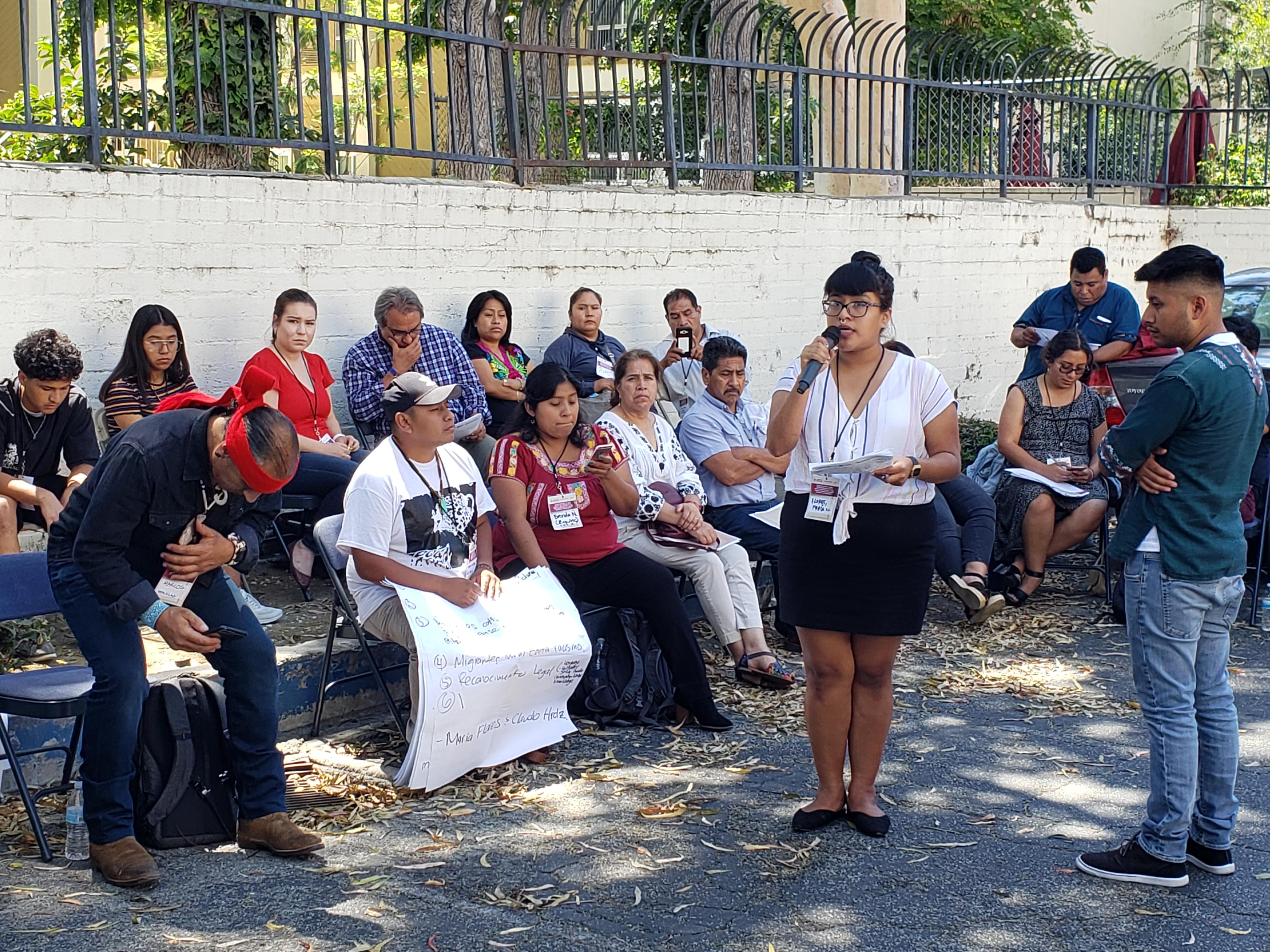 La joven María Flores, de padres guerrerenses presenta resoluciones de la mesa juvenil.