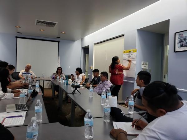 La mesa de trabajo que reunió a los jóvenes indígenas en plena discusión.