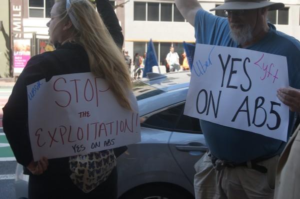 Choferes de Uber y Lyft piden en la manifestación que pase la Ley AB5.