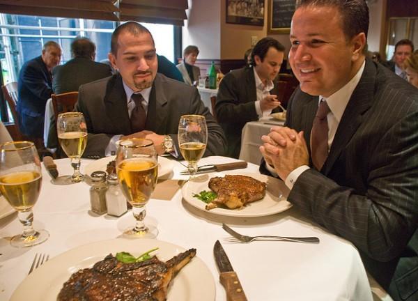 Reduzca mejor el almuerzo gratis de Corporate America, no los cupones de alimentos. Foto: The Contibutor.