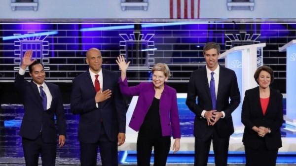 Cuatro de los diez precandidatos demócratas en el primer debate Detroit, Michigan. De izquierda a derecha, Julián Castro, Cory Booker, Elizabet Warren, Beto O'Rourke y Amy Klobuchar. Foto: Pop Culture.