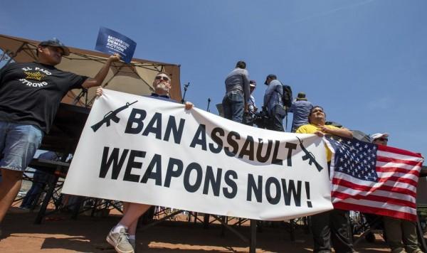 Manifestaciones masivas piden desde las calles la prohibición de las armas de asalto. Foto: www.oklahoman.com.