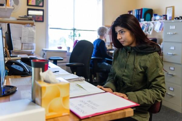 Nubia Flores Miranda trabaja a tiempo parcial en Family Paths, una organización de asesoramiento y salud mental en Oakland, California. Miranda, estudiante de psicología en la Universidad Estatal de San Francisco, dijo que se interesó en una carrera en salud mental después de que comenzó a experimentar depresión y ansiedad en el primer año de la escuela preparatoria. Foto: Heidi de Marco / KHN.