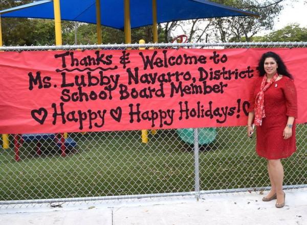 Lubby Navarro, miembra del Distrito Escolar 7, Miami-Dade, da la bienvenida a los padres de los estudiantes del distrito