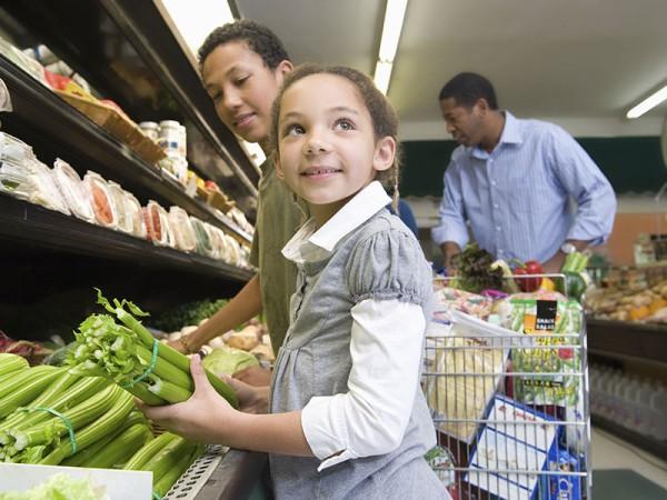 Familias trabajadoras en California complementan sus gastos de comida con el programa de cupones de alimentos. Foto: www.ca.gov.