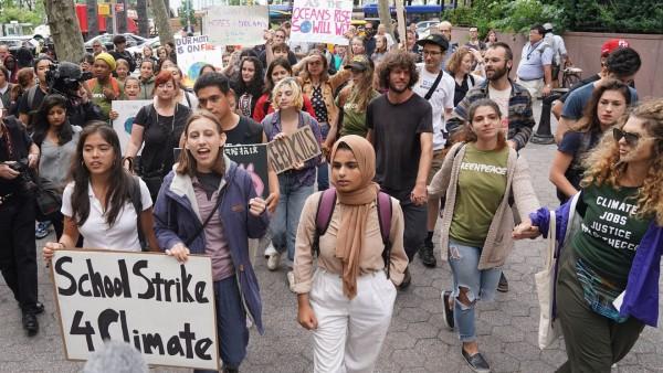 Estos son parte de los 1.1 millones de estidiantes que no asistieron a la escuela hoy para unirse a la gran huelga por el cambio climático. Foto: www. nworeport.me.